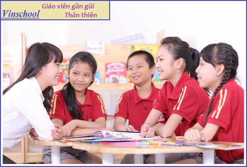Giáo viên trường học Vinschool luôn thân thiện và gần gũi với học sinh